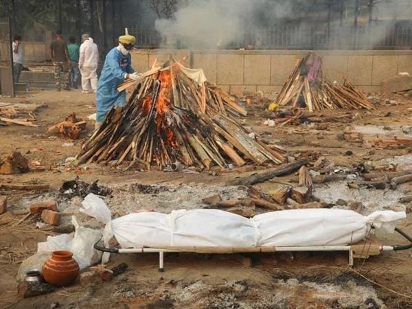 Hình ảnh gây sốc ở Ấn Độ: Người phụ nữ gục chết tại ga tàu vì Covid-19, chồng vác xác vợ chết trên vai tìm đến nơi hỏa táng-4