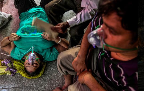 Ấn Độ: Bác sĩ phù thủy dùng sắt nung đóng dấu lên người bệnh nhân để chữa COVID-19-1