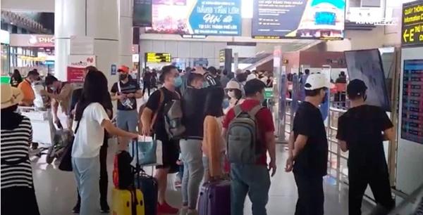 Clip: Người dân đổ xô đi du lịch, sân bay Nội Bài đông nghẹt người-1
