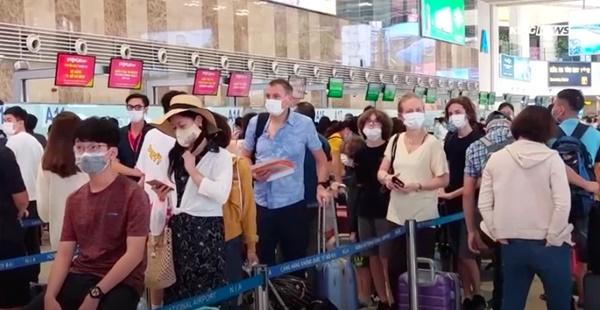 Clip: Người dân đổ xô đi du lịch, sân bay Nội Bài đông nghẹt người-2