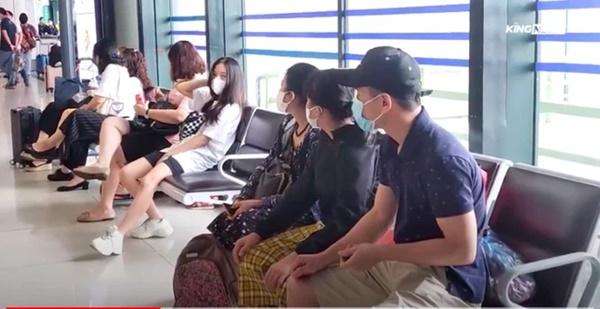 Clip: Người dân đổ xô đi du lịch, sân bay Nội Bài đông nghẹt người-3