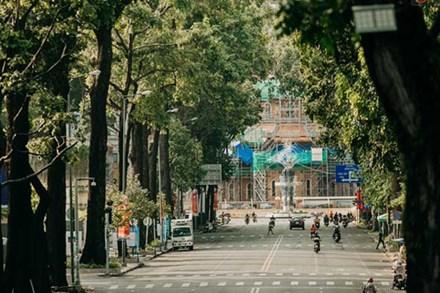 Chùm ảnh: Khác với cảnh chen chúc xe cộ ở cửa ngõ, trung tâm Sài Gòn yên bình trong sáng 30/4, mọi góc phố phấp phới cờ hoa