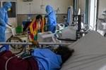 Tiếp tục loạt bi kịch giữa tâm chấn Ấn Độ: Con quỳ lạy xin oxy cứu mẹ, cụ ông nhường giường bệnh cho người trẻ bằng câu nói Tôi sống đủ rồi-4
