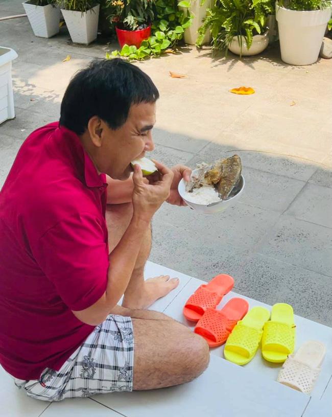 Trong khi mọi người thi nhau check-in sang chảnh ngày lễ thì Quyền Linh lại ngồi bệt trên sàn nhà, ăn cơm cá khô-1