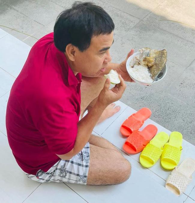 Trong khi mọi người thi nhau check-in sang chảnh ngày lễ thì Quyền Linh lại ngồi bệt trên sàn nhà, ăn cơm cá khô-2