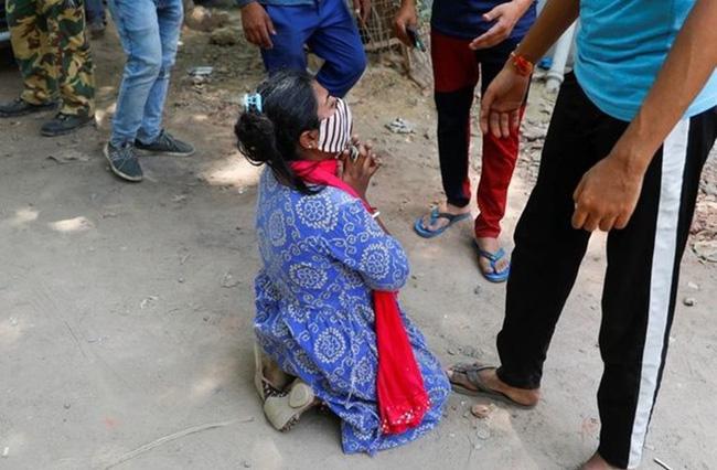 Tiếp tục loạt bi kịch giữa tâm chấn Ấn Độ: Con quỳ lạy xin oxy cứu mẹ, cụ ông nhường giường bệnh cho người trẻ bằng câu nói Tôi sống đủ rồi-1