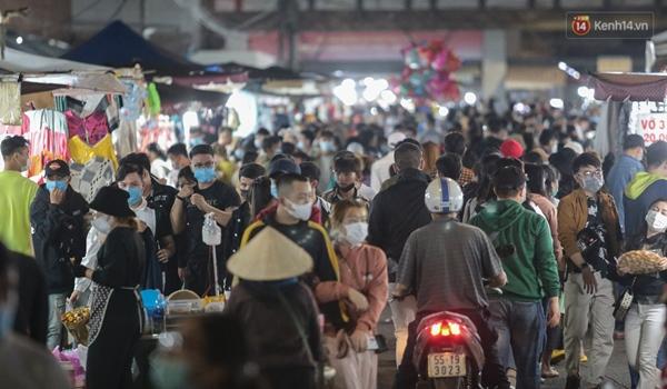 Ảnh: Rừng người tiếp tục ken đặc ở chợ đêm Đà Lạt tối 1/5, công tác phòng chống dịch Covid-19 càng vất vả-5