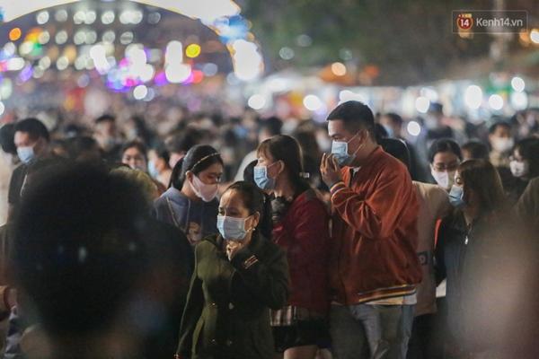 Ảnh: Rừng người tiếp tục ken đặc ở chợ đêm Đà Lạt tối 1/5, công tác phòng chống dịch Covid-19 càng vất vả-6