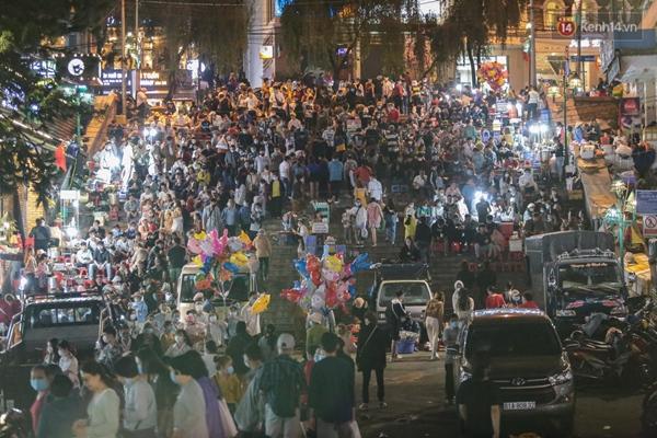 Ảnh: Rừng người tiếp tục ken đặc ở chợ đêm Đà Lạt tối 1/5, công tác phòng chống dịch Covid-19 càng vất vả-7