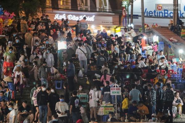 Ảnh: Rừng người tiếp tục ken đặc ở chợ đêm Đà Lạt tối 1/5, công tác phòng chống dịch Covid-19 càng vất vả-9