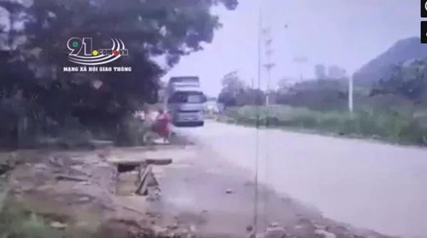 Bé gái đạp xe từ trong ngõ ra đường lớn đúng lúc chiếc xe tải chồm tới, may mắn tránh được tai nạn kinh hoàng vì cái... giật mình-1