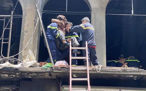 Clip: Khoảnh khắc người đàn ông nhảy từ tầng 2 xuống đất để thoát khỏi vụ cháy chung cư sáng 1/5 ở TP.HCM-1