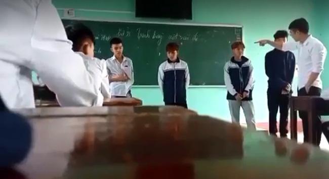 Clip gây bức xúc: Thầy giáo đá thẳng vào ngực, tát học sinh tới tấp và nói tục liên hồi vì các em mặc quần bò, nhuộm tóc-3