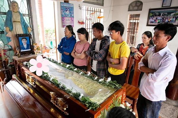 Xót xa tang lễ của nam sinh Nghệ An tử.vong sau khi cứu sống 4 cô gái tắm biển ở Huế-1