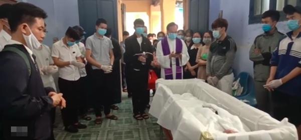 Xót xa tang lễ của nam sinh Nghệ An tử.vong sau khi cứu sống 4 cô gái tắm biển ở Huế-4