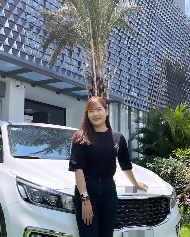 Showbiz Việt có ai chơi lớn như Ngọc Trinh: Tặng trợ lý xe hơi tiền tỷ, nhìn Thúy Kiều khoe ảnh mà ghen tị-2