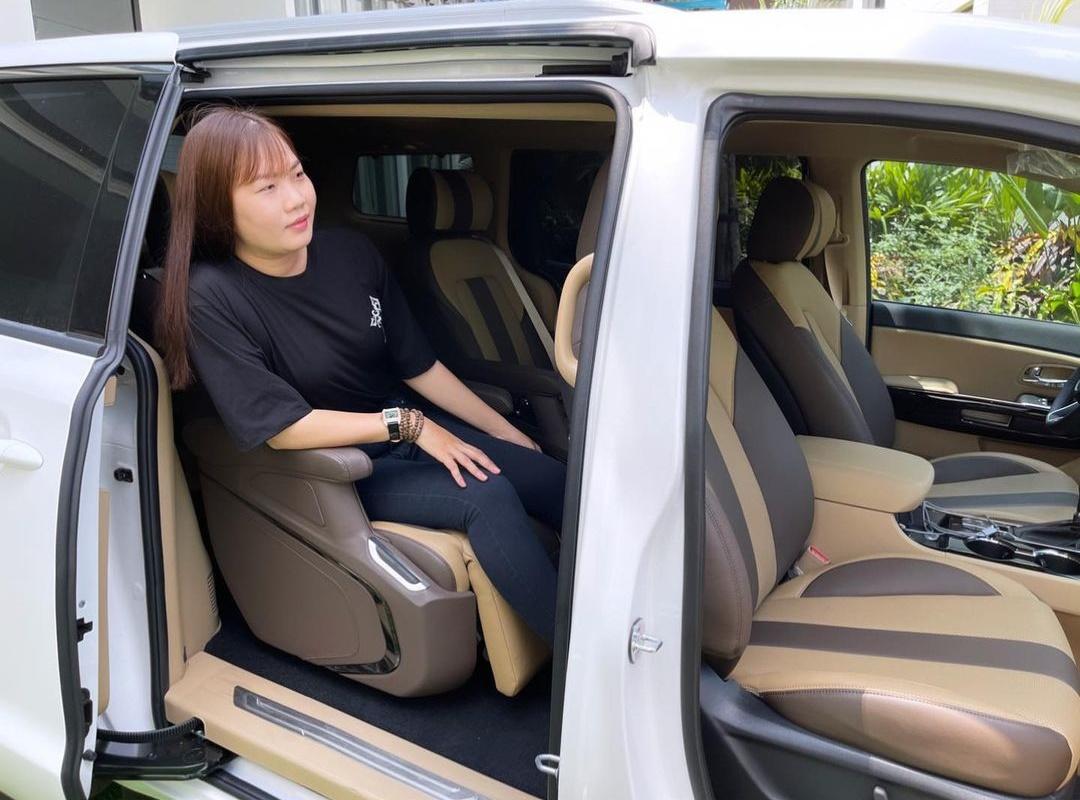 Showbiz Việt có ai chơi lớn như Ngọc Trinh: Tặng trợ lý xe hơi tiền tỷ, nhìn Thúy Kiều khoe ảnh mà ghen tị-3