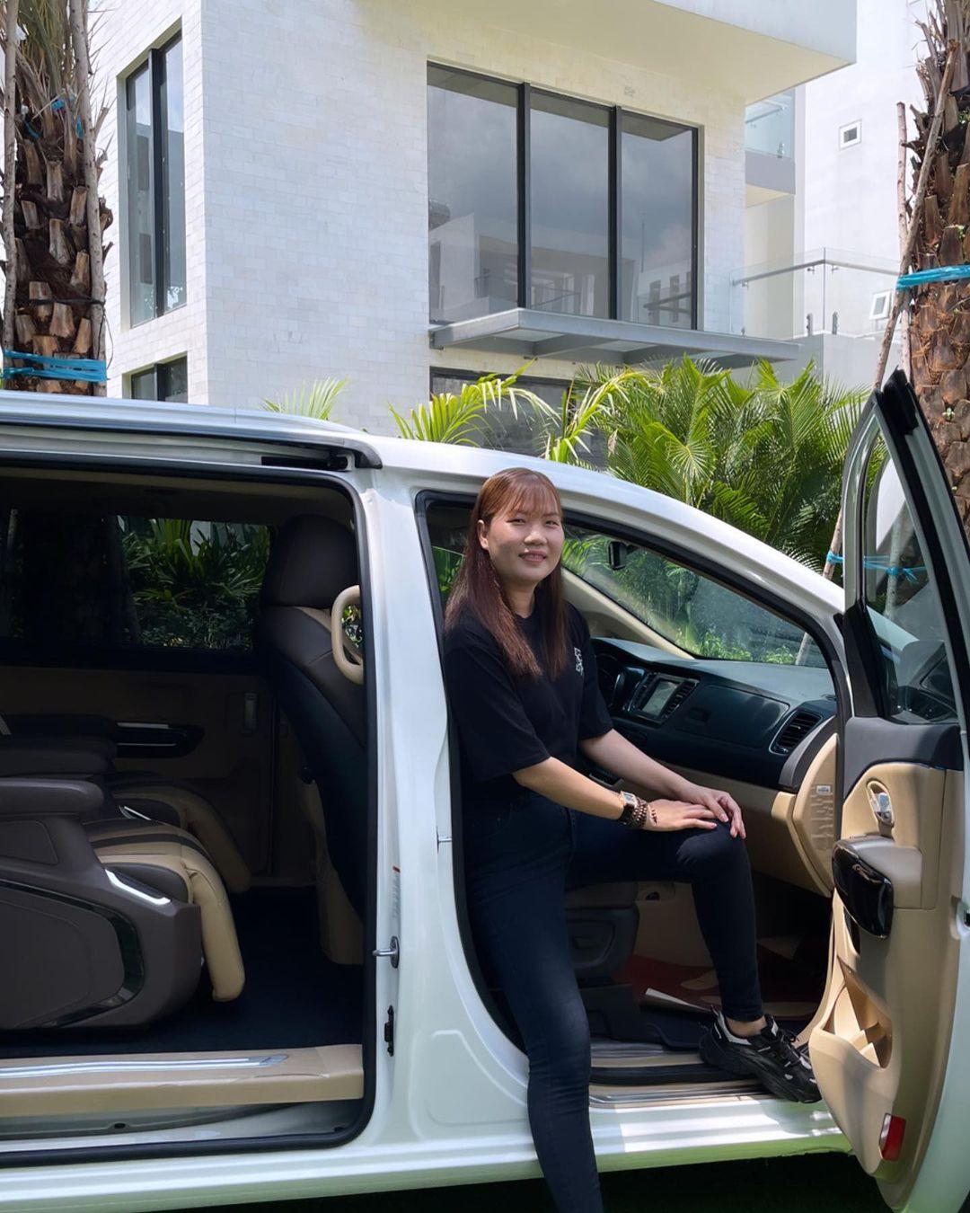 Showbiz Việt có ai chơi lớn như Ngọc Trinh: Tặng trợ lý xe hơi tiền tỷ, nhìn Thúy Kiều khoe ảnh mà ghen tị-5