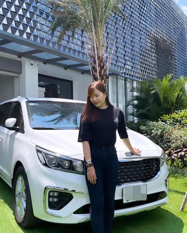 Showbiz Việt có ai chơi lớn như Ngọc Trinh: Tặng trợ lý xe hơi tiền tỷ, nhìn Thúy Kiều khoe ảnh mà ghen tị-1