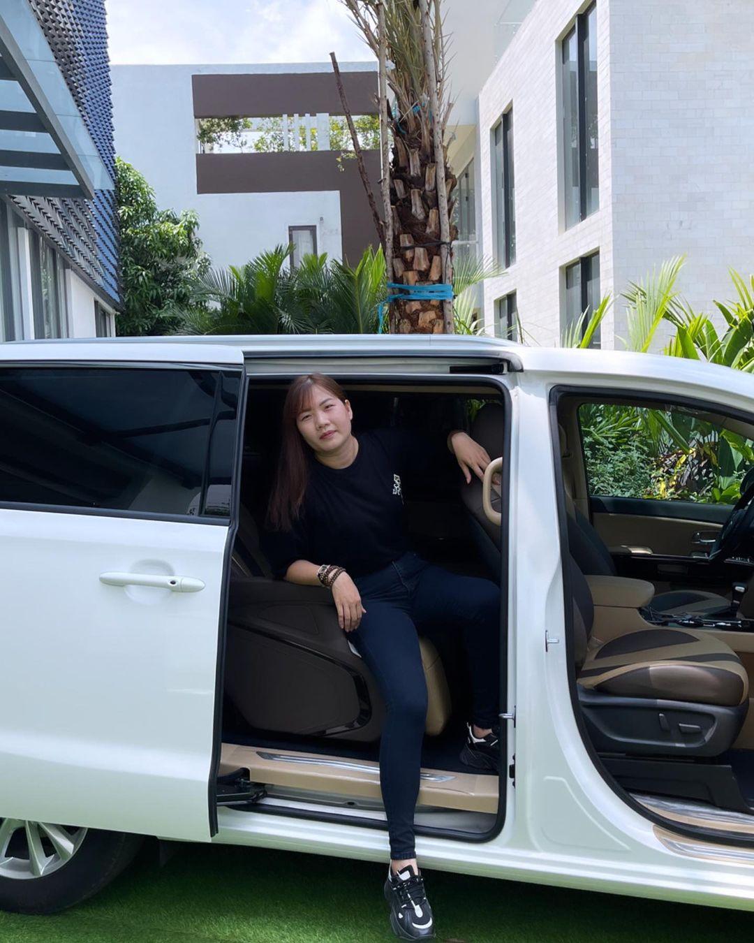 Showbiz Việt có ai chơi lớn như Ngọc Trinh: Tặng trợ lý xe hơi tiền tỷ, nhìn Thúy Kiều khoe ảnh mà ghen tị-4