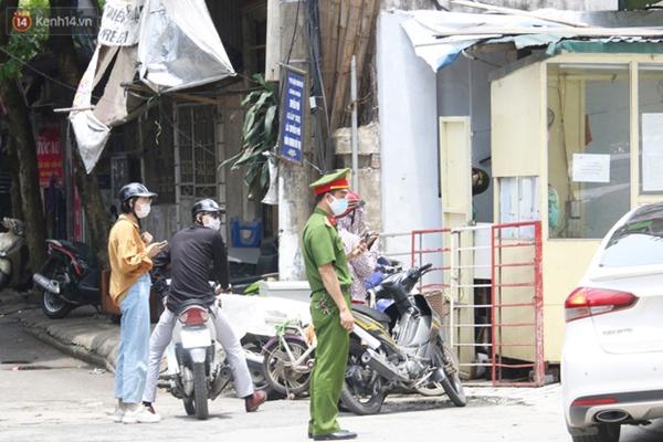 Hà Nội: Cận cảnh phun khử khuẩn chung cư nơi nữ nhân viên quán bar dương tính SARS-CoV-2 sinh sống-7