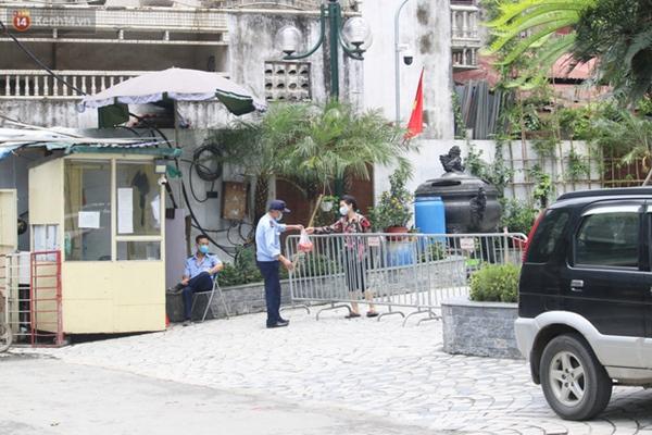 Hà Nội: Cận cảnh phun khử khuẩn chung cư nơi nữ nhân viên quán bar dương tính SARS-CoV-2 sinh sống-8