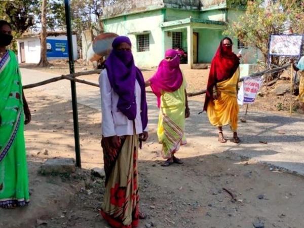 Mặc bão Covid-19 càn quét Ấn Độ, ngôi làng này vẫn không có một ca nhiễm nào, nhìn cảnh tượng ở cổng làng ai cũng ngỡ ngàng đến thán phục-1