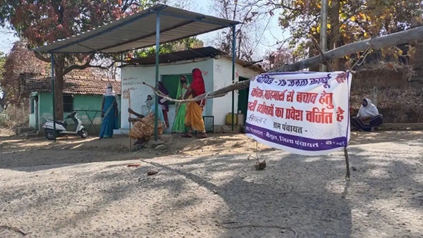 Mặc bão Covid-19 càn quét Ấn Độ, ngôi làng này vẫn không có một ca nhiễm nào, nhìn cảnh tượng ở cổng làng ai cũng ngỡ ngàng đến thán phục-2