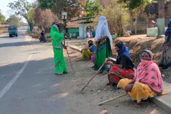 Mặc bão Covid-19 càn quét Ấn Độ, ngôi làng này vẫn không có một ca nhiễm nào, nhìn cảnh tượng ở cổng làng ai cũng ngỡ ngàng đến thán phục-3