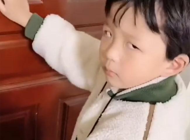 Con trai bướng bỉnh không nghe lời, mẹ lập tức gọi điện cho cô giáo, nói đúng 1 câu mà cậu nhóc sợ tái mặt, rối rít xin lỗi mẹ-2