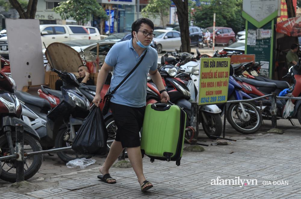 Kết thúc kỳ nghỉ lễ 30/4: Hàng nghìn phương tiện nối đuôi nhau, trẻ em ngủ gục trên xe máy theo cha mẹ quay trở lại Hà Nội-1