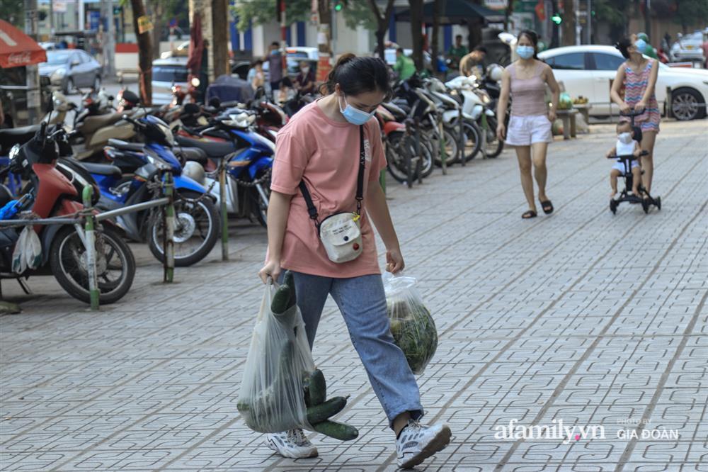 Kết thúc kỳ nghỉ lễ 30/4: Hàng nghìn phương tiện nối đuôi nhau, trẻ em ngủ gục trên xe máy theo cha mẹ quay trở lại Hà Nội-2