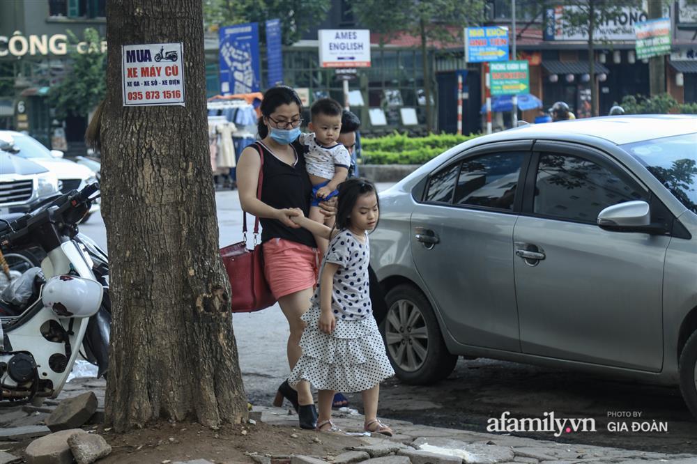 Kết thúc kỳ nghỉ lễ 30/4: Hàng nghìn phương tiện nối đuôi nhau, trẻ em ngủ gục trên xe máy theo cha mẹ quay trở lại Hà Nội-3