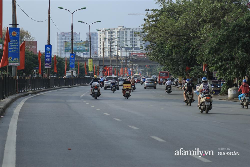 Kết thúc kỳ nghỉ lễ 30/4: Hàng nghìn phương tiện nối đuôi nhau, trẻ em ngủ gục trên xe máy theo cha mẹ quay trở lại Hà Nội-4
