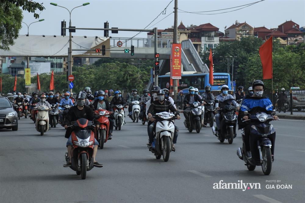 Kết thúc kỳ nghỉ lễ 30/4: Hàng nghìn phương tiện nối đuôi nhau, trẻ em ngủ gục trên xe máy theo cha mẹ quay trở lại Hà Nội-5