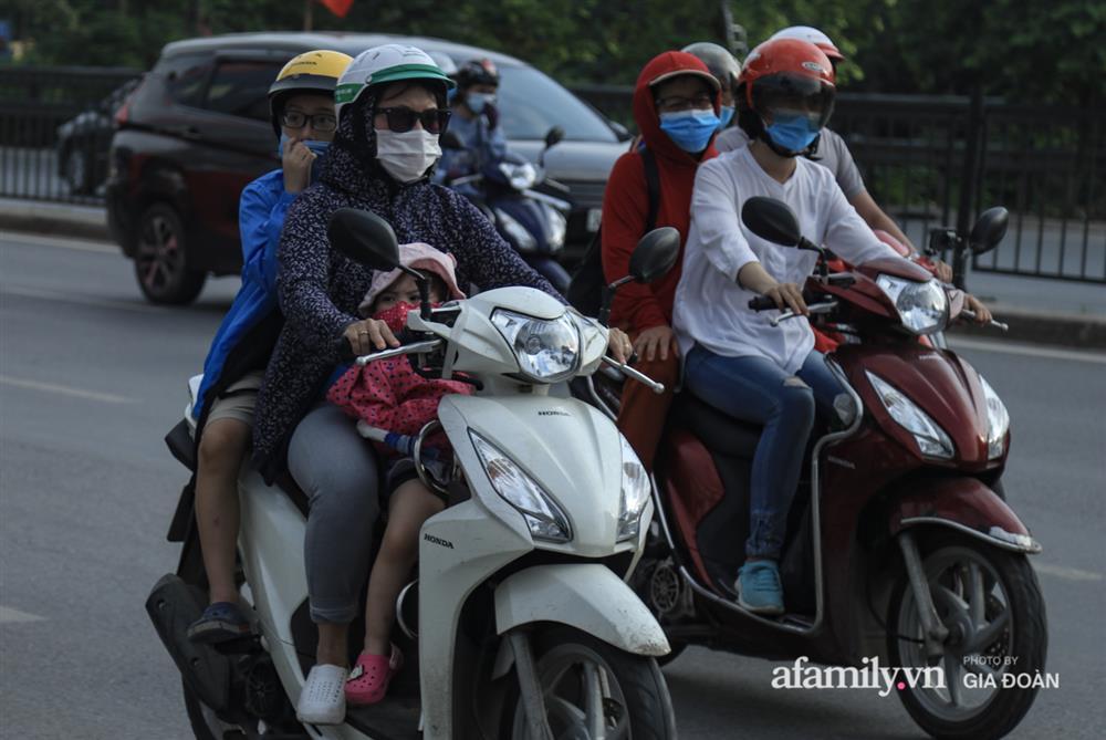 Kết thúc kỳ nghỉ lễ 30/4: Hàng nghìn phương tiện nối đuôi nhau, trẻ em ngủ gục trên xe máy theo cha mẹ quay trở lại Hà Nội-6