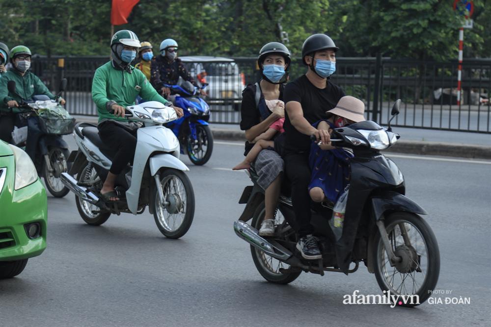 Kết thúc kỳ nghỉ lễ 30/4: Hàng nghìn phương tiện nối đuôi nhau, trẻ em ngủ gục trên xe máy theo cha mẹ quay trở lại Hà Nội-7