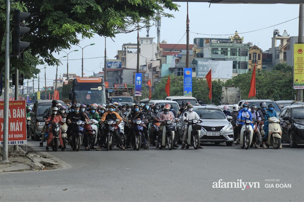 Kết thúc kỳ nghỉ lễ 30/4: Hàng nghìn phương tiện nối đuôi nhau, trẻ em ngủ gục trên xe máy theo cha mẹ quay trở lại Hà Nội-8