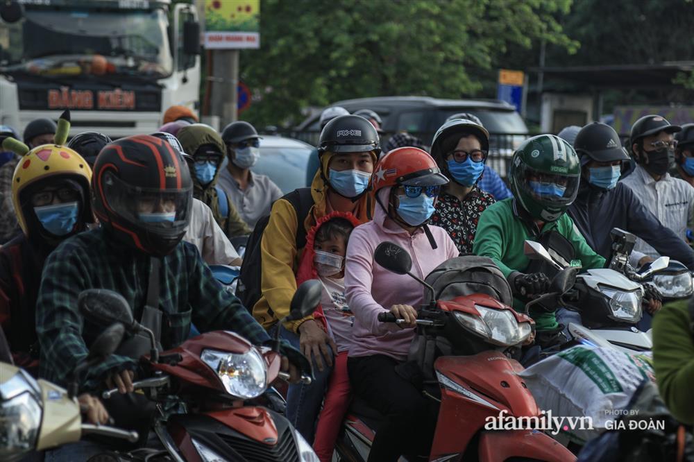 Kết thúc kỳ nghỉ lễ 30/4: Hàng nghìn phương tiện nối đuôi nhau, trẻ em ngủ gục trên xe máy theo cha mẹ quay trở lại Hà Nội-9