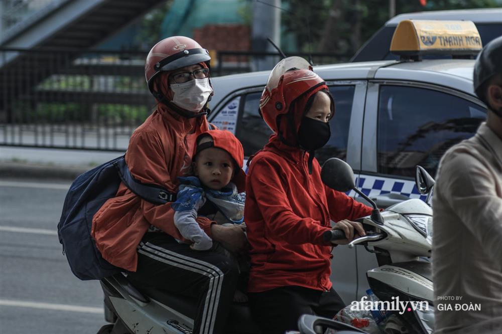 Kết thúc kỳ nghỉ lễ 30/4: Hàng nghìn phương tiện nối đuôi nhau, trẻ em ngủ gục trên xe máy theo cha mẹ quay trở lại Hà Nội-10