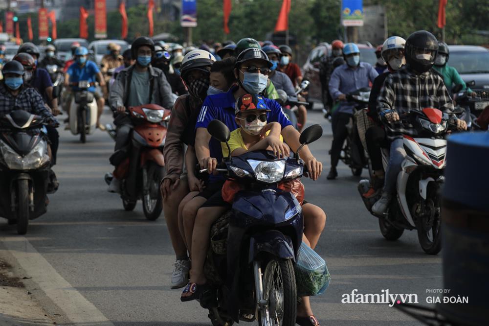 Kết thúc kỳ nghỉ lễ 30/4: Hàng nghìn phương tiện nối đuôi nhau, trẻ em ngủ gục trên xe máy theo cha mẹ quay trở lại Hà Nội-11