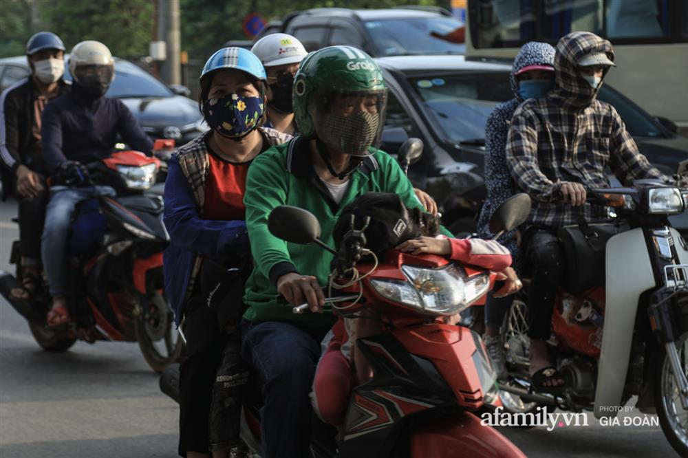 Kết thúc kỳ nghỉ lễ 30/4: Hàng nghìn phương tiện nối đuôi nhau, trẻ em ngủ gục trên xe máy theo cha mẹ quay trở lại Hà Nội-12