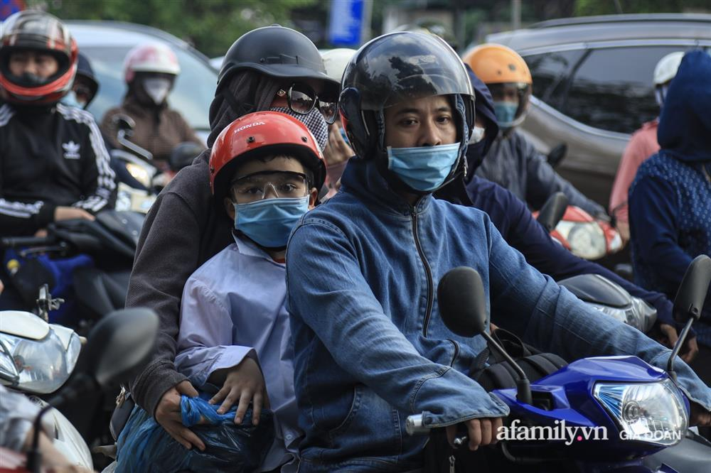Kết thúc kỳ nghỉ lễ 30/4: Hàng nghìn phương tiện nối đuôi nhau, trẻ em ngủ gục trên xe máy theo cha mẹ quay trở lại Hà Nội-13