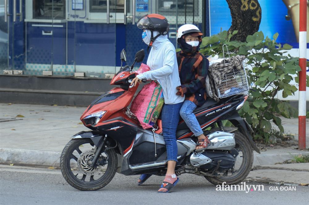 Kết thúc kỳ nghỉ lễ 30/4: Hàng nghìn phương tiện nối đuôi nhau, trẻ em ngủ gục trên xe máy theo cha mẹ quay trở lại Hà Nội-14
