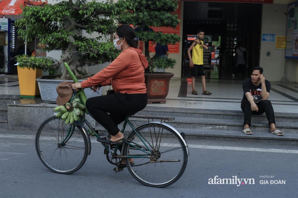 Kết thúc kỳ nghỉ lễ 30/4: Hàng nghìn phương tiện nối đuôi nhau, trẻ em ngủ gục trên xe máy theo cha mẹ quay trở lại Hà Nội-15