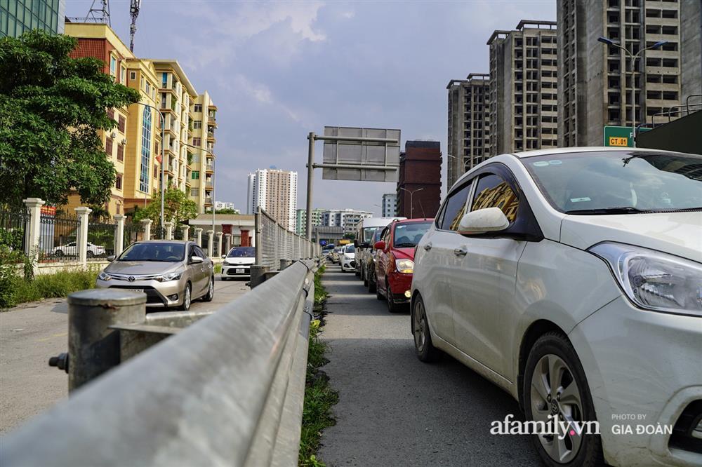 Kết thúc kỳ nghỉ lễ 30/4: Hàng nghìn phương tiện nối đuôi nhau, trẻ em ngủ gục trên xe máy theo cha mẹ quay trở lại Hà Nội-16