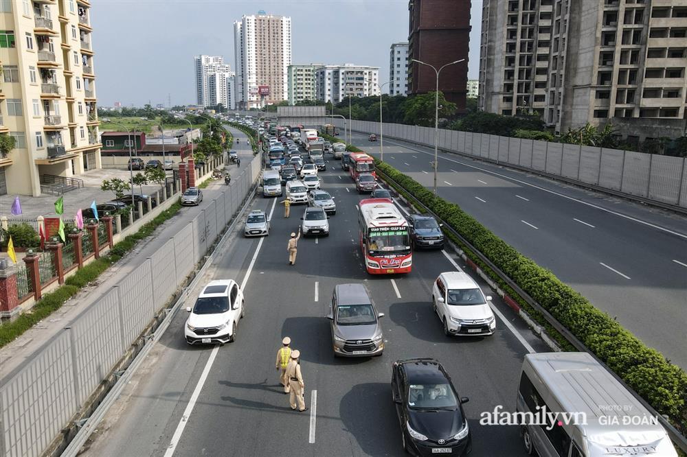 Kết thúc kỳ nghỉ lễ 30/4: Hàng nghìn phương tiện nối đuôi nhau, trẻ em ngủ gục trên xe máy theo cha mẹ quay trở lại Hà Nội-18