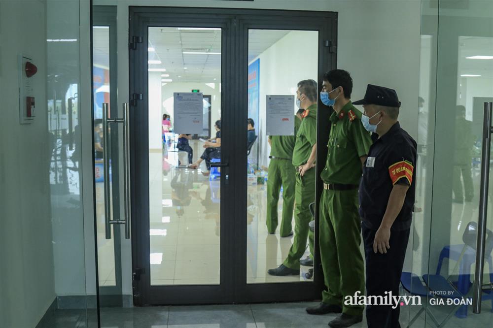 Ảnh: Lực lượng chức năng làm việc với 46 người Trung Quốc nhập cảnh trái phép, thuê chung cư ở phường Cầu Diễn-2