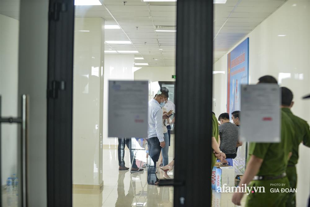 Ảnh: Lực lượng chức năng làm việc với 46 người Trung Quốc nhập cảnh trái phép, thuê chung cư ở phường Cầu Diễn-3