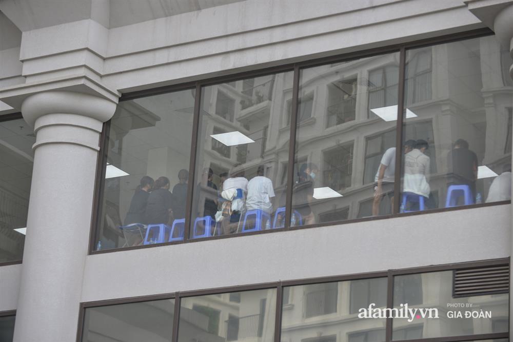 Ảnh: Lực lượng chức năng làm việc với 46 người Trung Quốc nhập cảnh trái phép, thuê chung cư ở phường Cầu Diễn-9